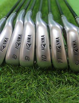 Bộgậy golf Honma 3 saonàycòn rất mới, chỉ một vài vết xước nhỏ nơi đầu gậy do đã qua sử dụng.