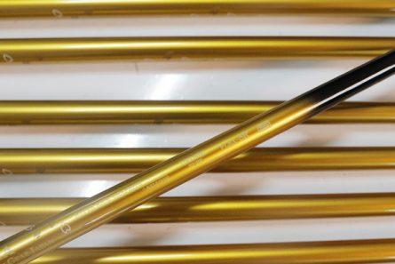 Thân gậy được làm từ carbon theo công nghệ mới, giúp gậy mềm hơn và trợ lực tốt hơn