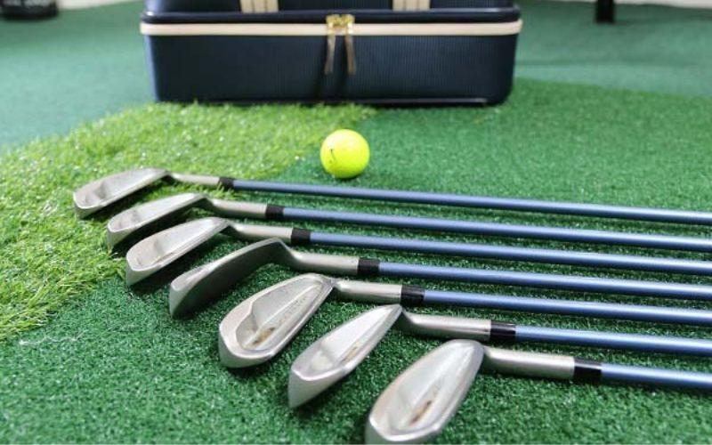 Cán graphite siêu nhẹ giúp các nữ golfer dễ dàng luyện tập trong thời gian đầu