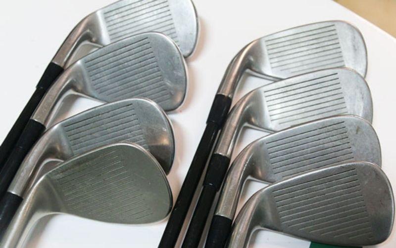 Mặt gậy trầy xước nhẹ, có vẻ như chủ sở hữu của nó cũng khá thường xuyên chơi golf.