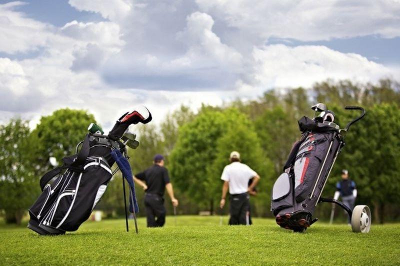 Xếp gậy golf vào túi sẽ giúp các golfer di chuyển dễ dàng trên sân