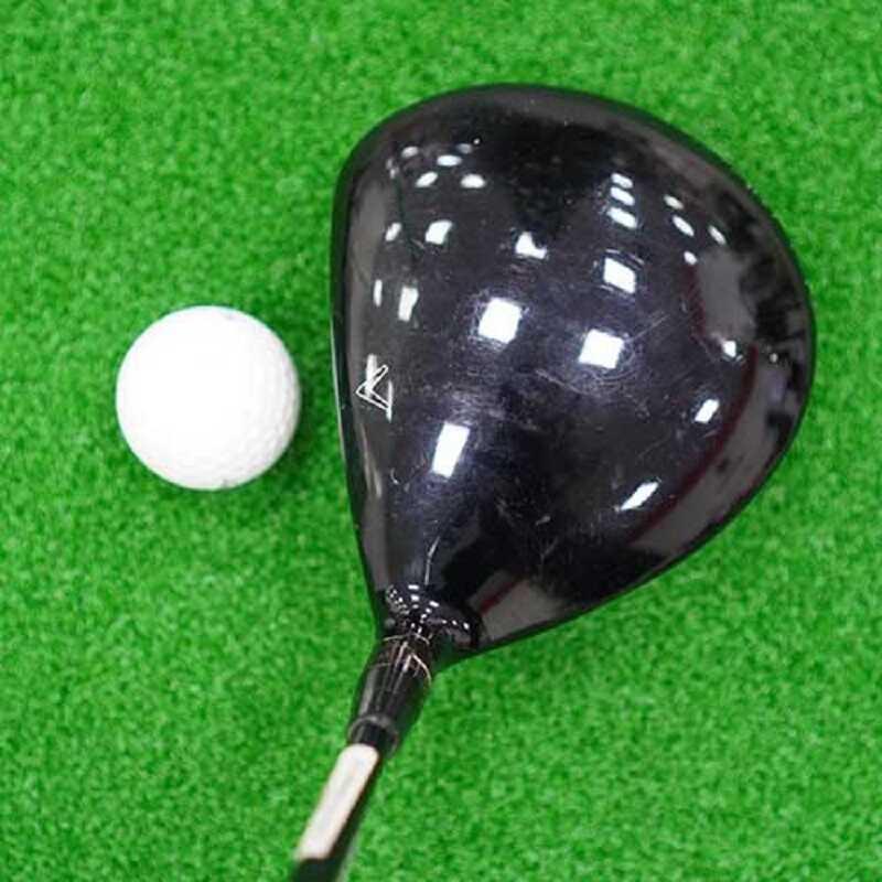 Mặt gậy dày và rộng giúp người chơi rất dễ vào bóng