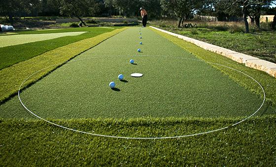 Thực hiện kỹ thuật putting golf cần đặt bóng nhất quán
