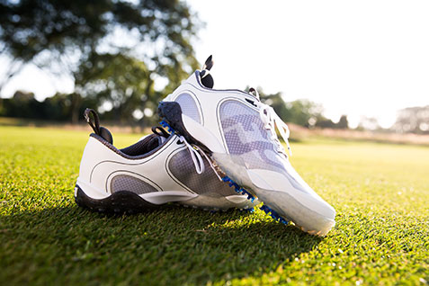 Cách chọn dụng cụ golf: Chọn giày golf phù hợp với bề mặt sân