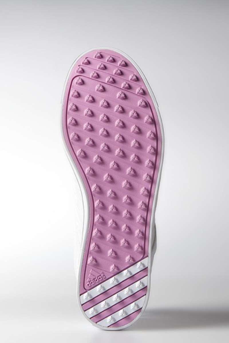 Đế giày  được thiết kế có độ bám mặt đất rất tốt