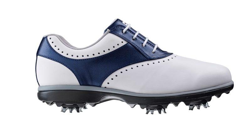 Giày với gam màu trắng/xanh mang đến cảm giác khác lạ cho người dùng