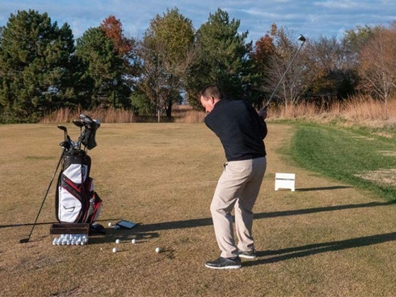 Golf backspin là cú đánh giúp bóng bay xa rồi lăn ngược trở lại vị trí gần hố