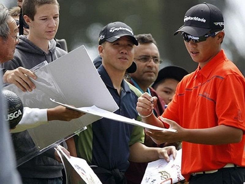 Các em học sinh học golf để săn học bổng