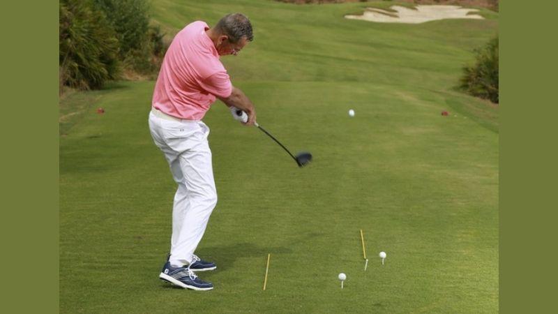 Golfer set up tư thế đúng vị trí để có cú đánh chuẩn xác