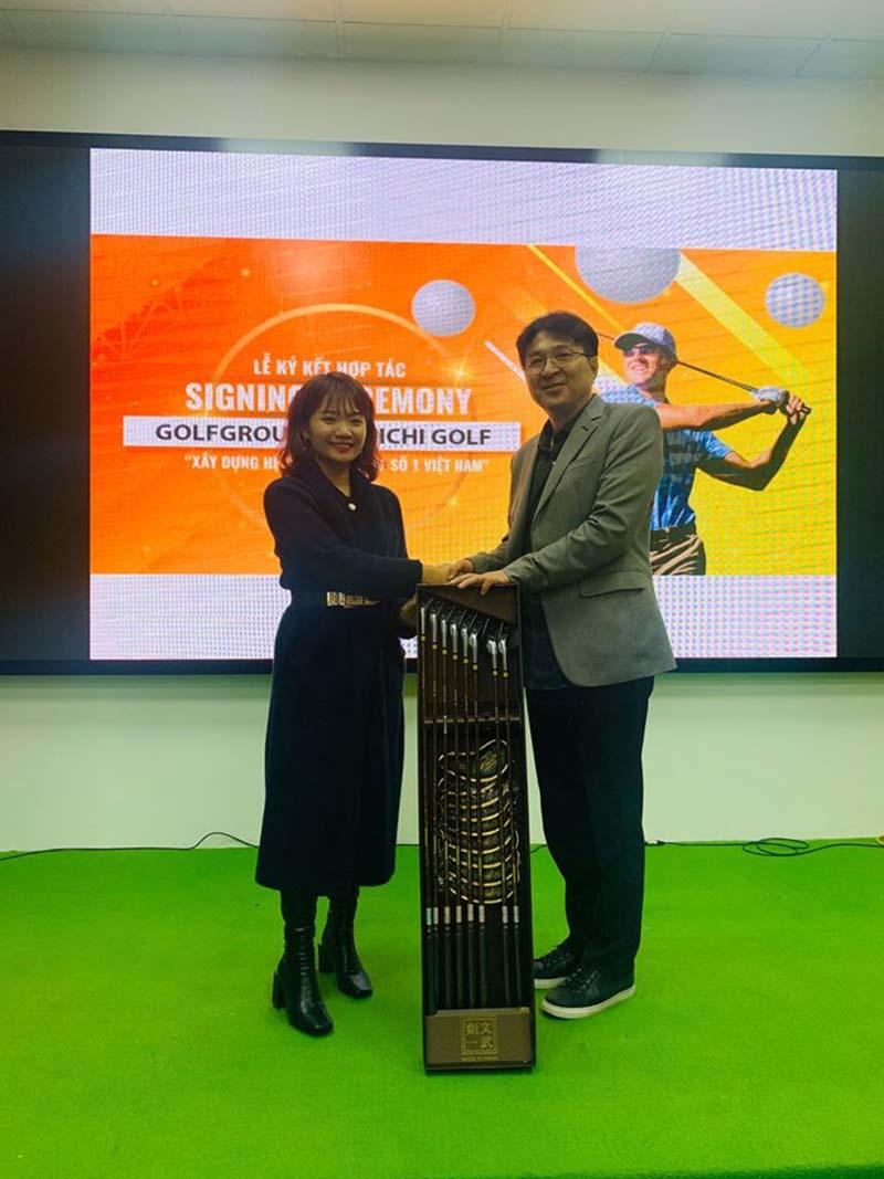 Giám đốc Kenichi đích thân trao tặng Golfgroup bộ gậy quý phiên bản giới hạn
