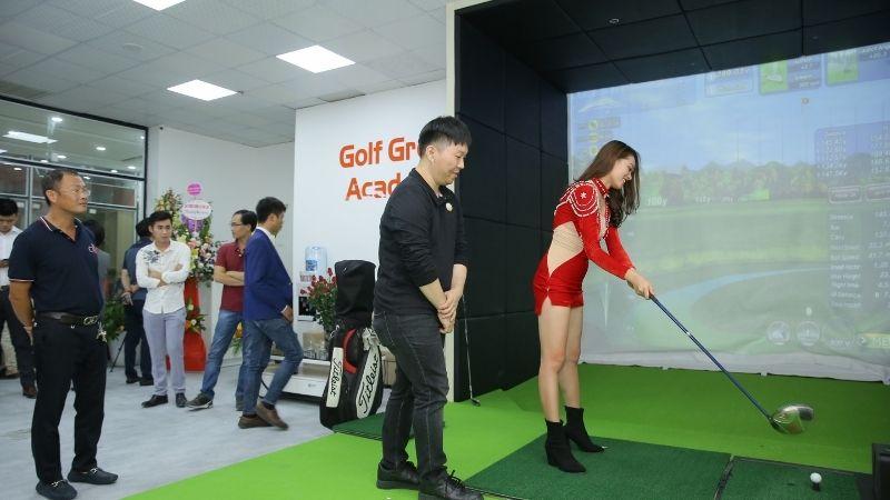 Khách hàng trải nghiệm các dịch vụ chơi golf trong nhà