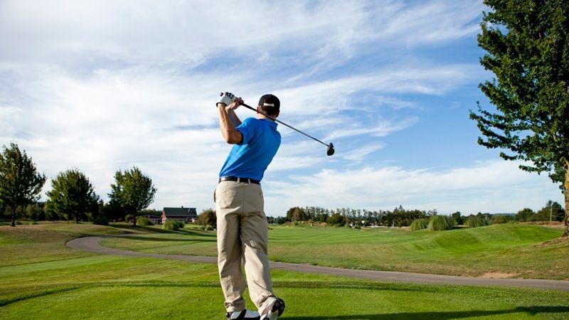 Người chơi golf cần thực hiện một số động tác khởi động nhẹ nhàng