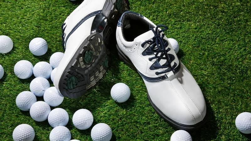 Nên mua giày golf nào là vấn đề được nhiều người quan tâm