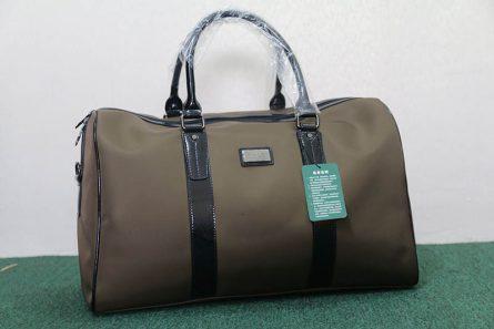 Túi đựng quần áo golf Polo có màu nâu cá tính, kết hợp với những đường nét chấm phá tạo điểm nhấn ấn tượng.