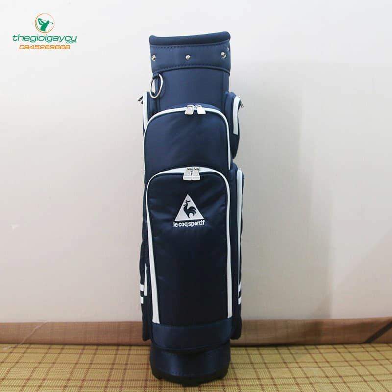 Túi gậy golf Le Coq Sportif được thiết kế chắc chắn, chất liệu vải dù chống thấm nước.