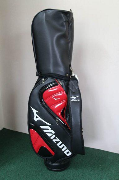Túi golf Mizuno thường được làm từ chất liệu da tổng hợp