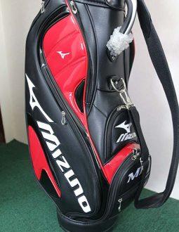 Túi được thiết kế hai màu đỏ, đen nổi bật, trẻ trung