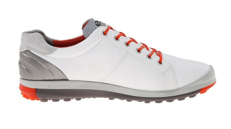 Đi giày khi đánh golf trong nhà là rất cần thiết