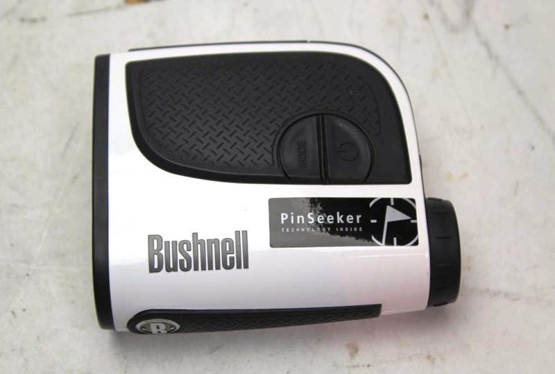 Bushnell Medalist Rangefinder được bọc cao su chuyên dụng giảm va đập và giúp người chơi cầm chắc tay hơn
