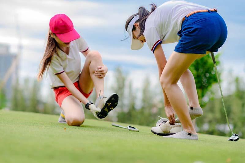 Golfer chú ý không nên để giày tiếp xúc với nước quá lâu sẽ gây hư hại