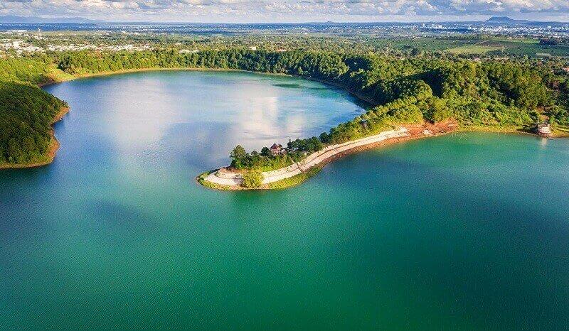 Sân golf nằm cạnh hồ Ea Kao đẹp thơ mông