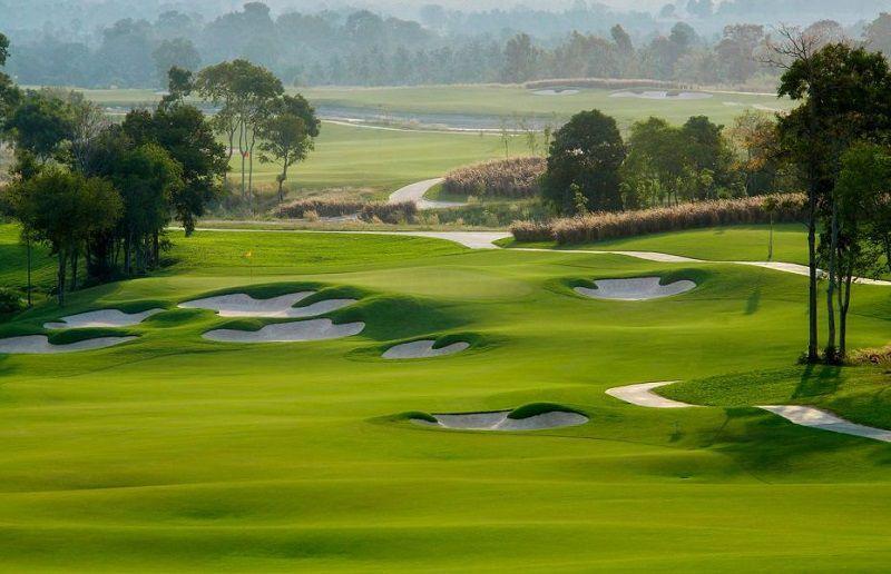 Khu vực sân golf với những đường fairway và khu vực green lượn sóng rộng rãi