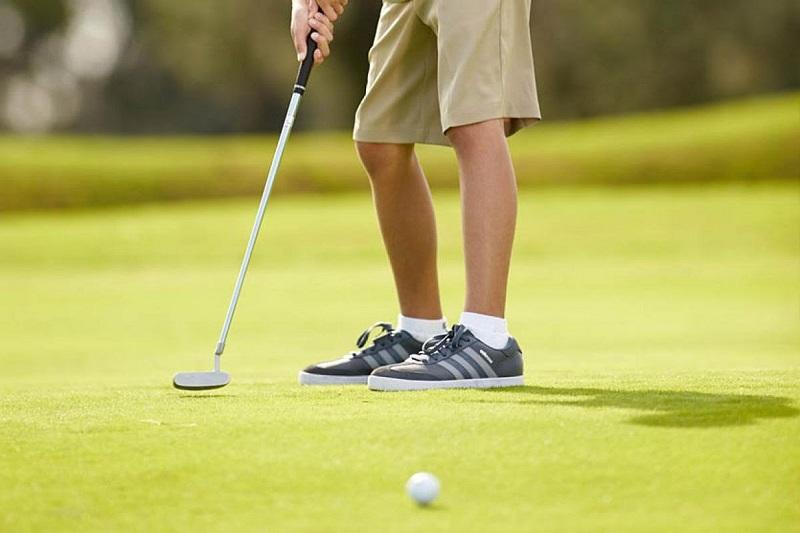 Để bảo vệ đôi chân trẻ một cách tốt nhất, hãy lựa chọn giày golf có đinh bám