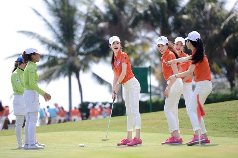 Golfer nữ khi ra sân cần mặc áo có cổ