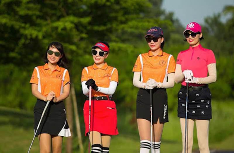 Set đồ golf phối với thắt lưng của golfer nữ