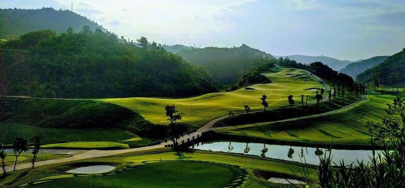 Sân golf uốn lượn bao trọn từng quả đồi