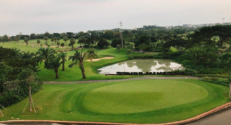 Sân được thiết kế với nhiều hồ nước riêng biệt
