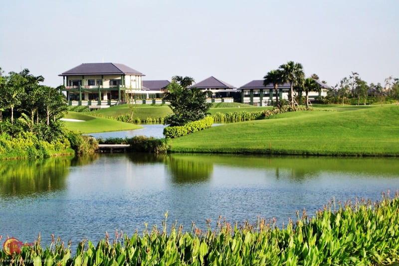 Địa hình của sân có nhiều thảm cỏ xen lẫn hồ nước và hố cát