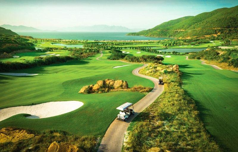 Sân golf trải dài trên nền diện tích rộng 159 ha, sơn thủy hữu tình