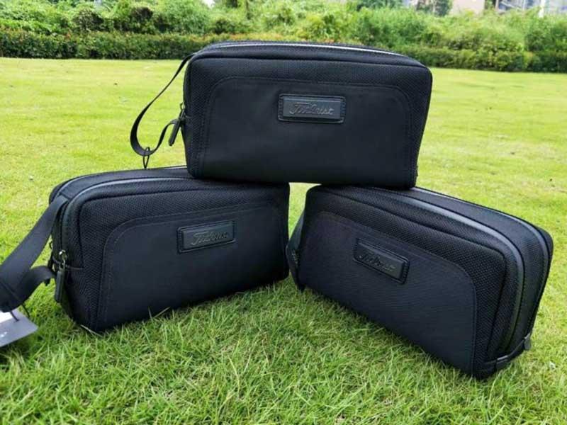 Túi Golf cầm tay Titleist CH127 thiết kế đẹp mắt với màu đen ấn tượng