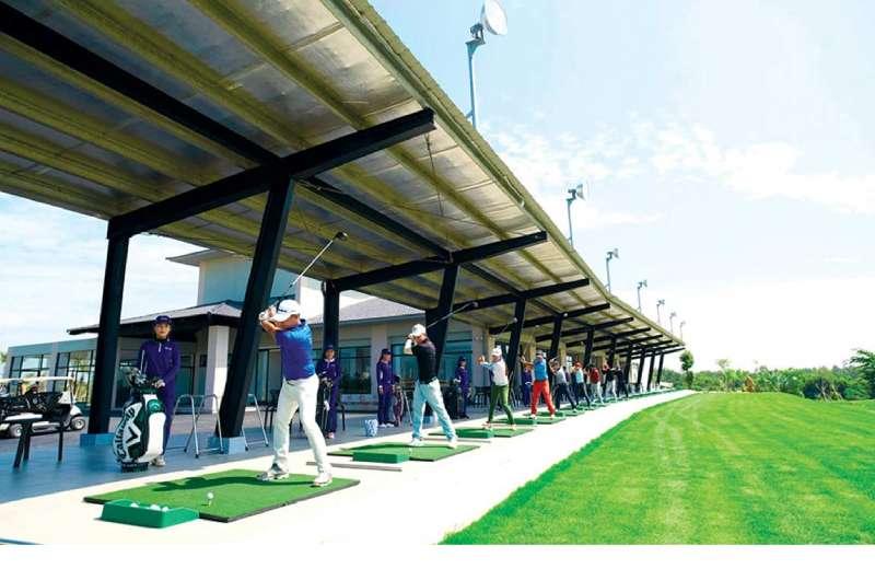 Sân tập golf tại khuôn viên West Lake Golf & Villas
