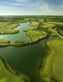 Review chi tiết sân golf West Lakes: Thiết kế, tiện ích và bảng giá dịch vụ