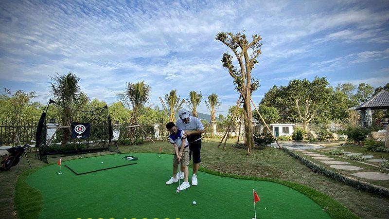 Sân golf mini được đặt ngay tại sân nhà