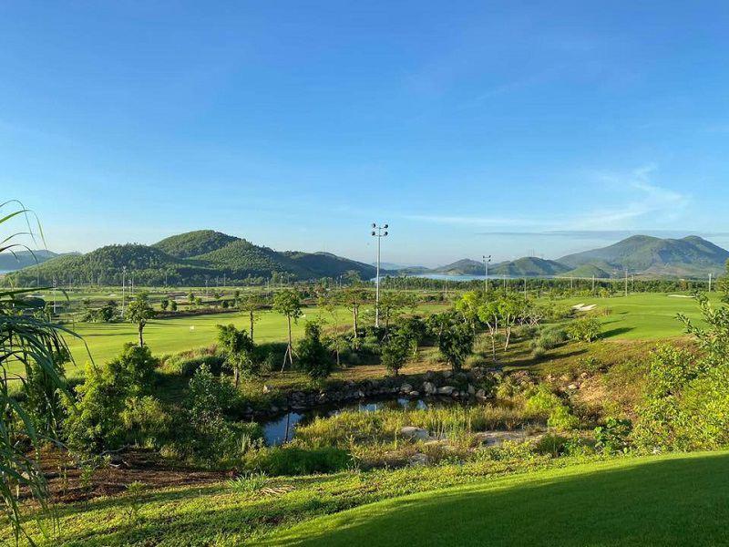 Sân golf thu hút rất đông khách du lịch đến tham quan