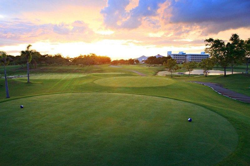 Sân golf có diện tích không quá lớn nhưng lại có thiết kế vô cùng đẹp và thoáng